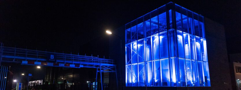 foto buitenzijde Burg Group Heerhugowaard RGB luci blauw verlicht