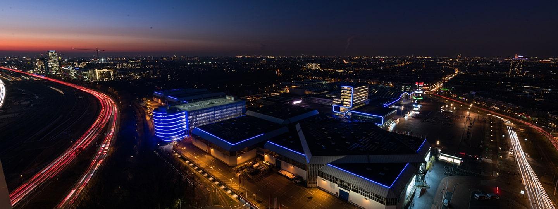 Nachtelijk uitzicht op RAI gebouw NL contourverlichting