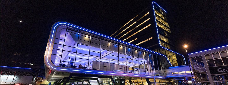 RAI gebouw Amsterdam vooraanzicht met contourverlichting blauw