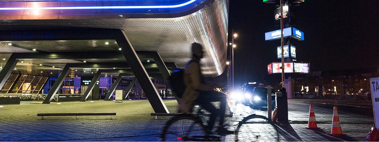RAI gebouw zijkant met fietser