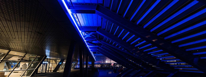 RAI gebouw Amsterdam luifel met blauwe verlichting